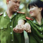 結婚指輪を身に着けたカップル